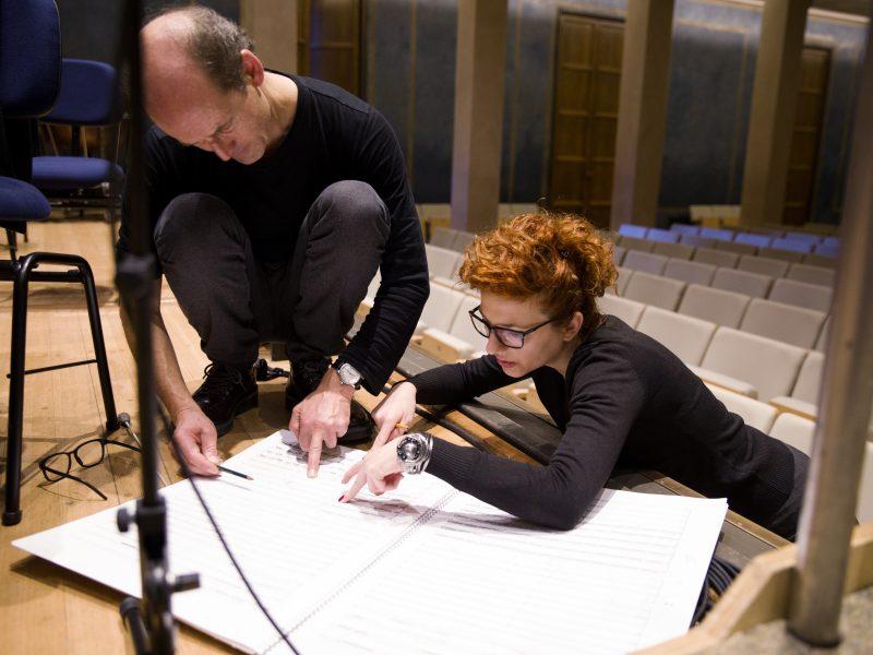 Dirigent Peter Rundel im Gespräch mit Komponistin Milica Djordjevic Foto: Astrid Ackermann