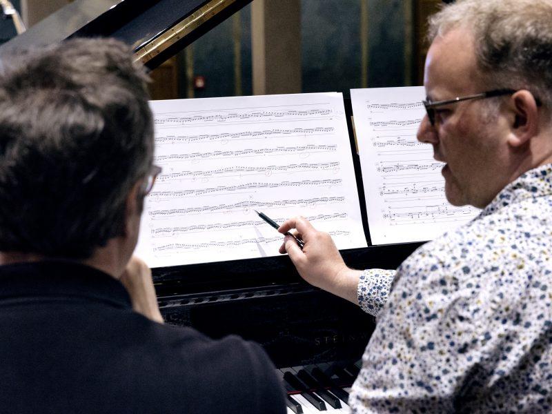 Komponist Hans Thomalla, links, und Pianist Nicolas Hodges, rechts, am Klavier. Foto: Astrid Ackermann