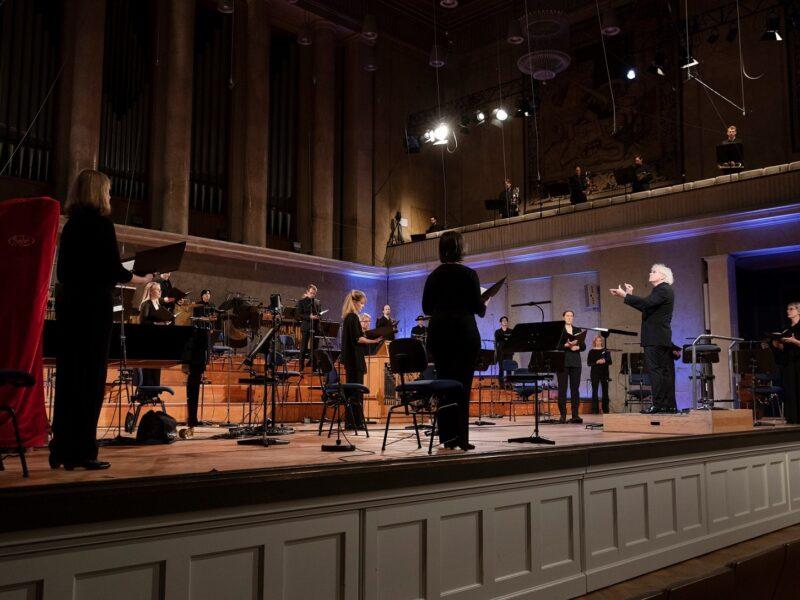 BR-Chor mit Sir Simon Rattle © Astrid Ackermann